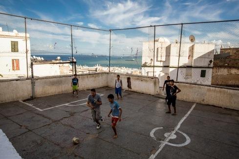 Kinderen voetballen op een pleintje in de kasba, het Middeleeuwse ommuurde deel van Algiers.