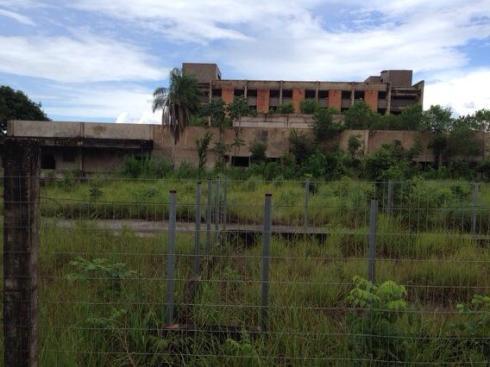 30 jaar geleden begon men aan dit ziekenhuis. Het is nooit voltooid. Met hun WK-budget hadden ze volgens Wade tien ziekenhuizen kunnen neerzetten in Cuiabá.