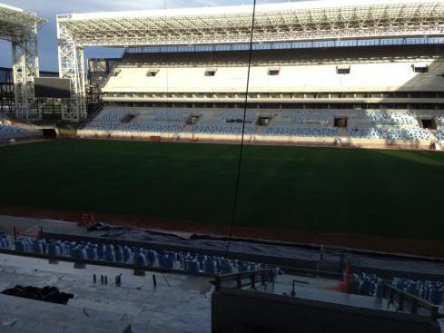 De Arena Pantanal moet aan 43.000 man een zitplaats bieden, maar voorlopig zijn er alleen nog staanplaatsen. Via @StephenWadeAP.
