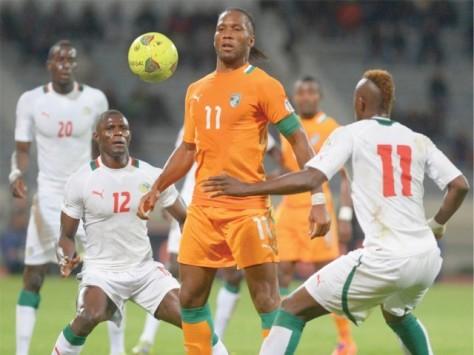Didier Drogba is oud aan het worden, maar denk niet dat je hem zo effe van de bal zet. Foto: tribune.com.pk.