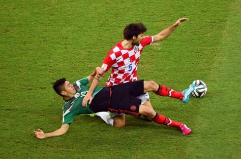 Oribe Peralta in kenmerkende actie ten opzichte van Kroaat Vedran Corluka. Foto: zimbio.com.