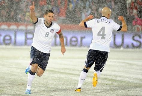 Clint Dempsey en Michael Bradley. In de sneeuw. Foto: i2.cdn.turner.com