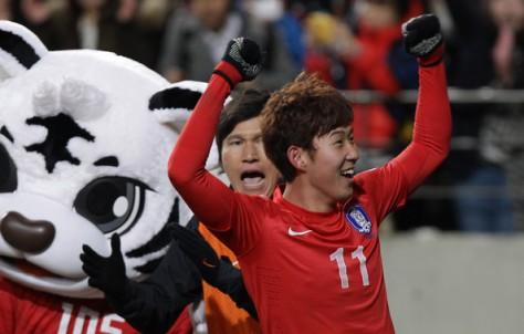 Heung-Min Son met achter hem een hele schattige mascotte. Foto: zimbio.com