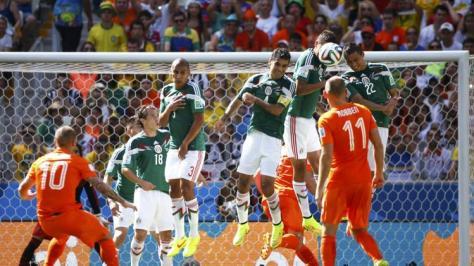 Wesley Sneijder krijgt 'm er niet in tegen Mexico. Foto: uk.eurosport.yahoo.com
