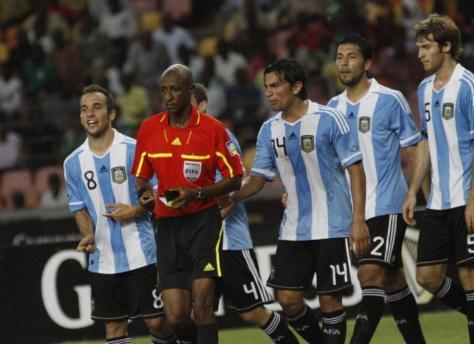 Ibrahim Chaibou, die namens Perumal vele wedstrijden fixte, waaronder dit vriendschappelijke duel tussen Nigeria en Argentinië. Bij een 4-0 voorsprong voor de Afrikanen gaf hij acht minuten extra speeltijd, waarin hij de Argentijnen een onterechte penalty gaf. Goksyndicaten hadden massaal gewed op een vijfde goal. Foto: nydailynews.com.