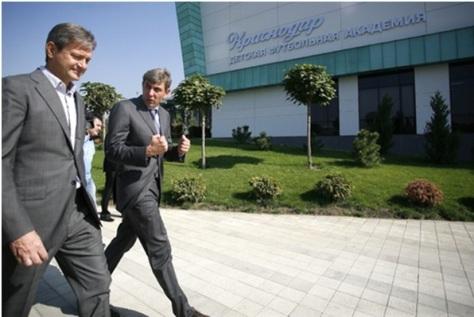 Eigenaar Sergey Galitsky (r) aan de wandel op 'zijn' Krasnodar-academie